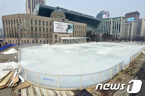 [사진]서울광장 스케이트장 '다음을 기약하며'