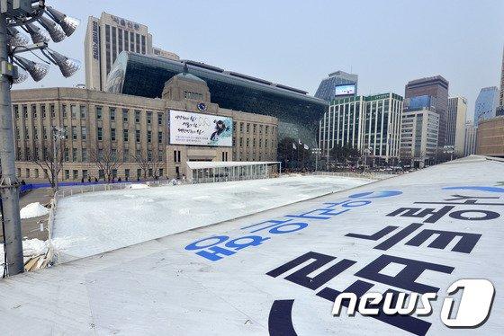 [사진]서울광장 스케이트장 '내년을 기약하며'