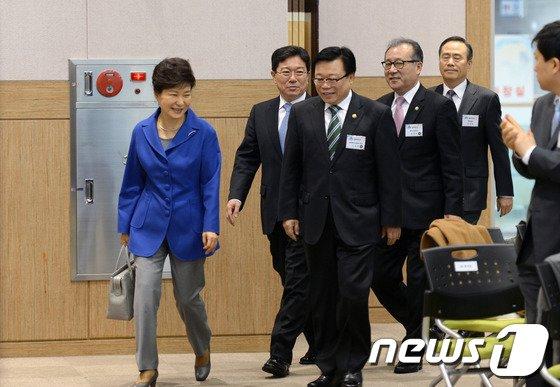 [사진]업무보고 참석하는 박근혜 대통령