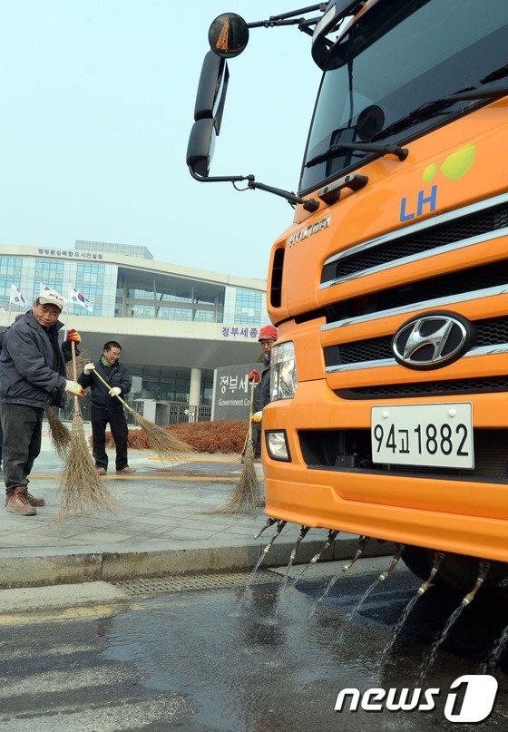 [사진]정부세종청사, 봄맞이 환경정비