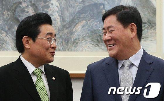 최경환 새누리당 원내대표(왼쪽)와 전병헌 민주당 원내대표. 2014.1.28/뉴스1 © News1    송원영 기자
