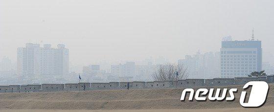 [사진] 초미세먼지로 뿌연 수원 화성