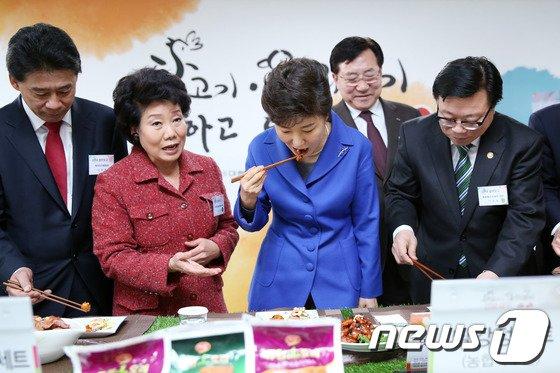 [사진]닭·오리고기 시식하는 박근혜 대통령