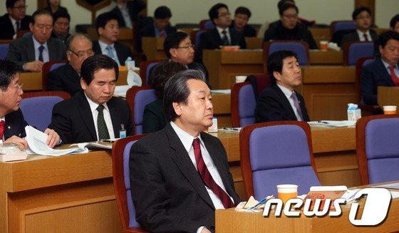 [사진]김무성 '통일경제 공부'