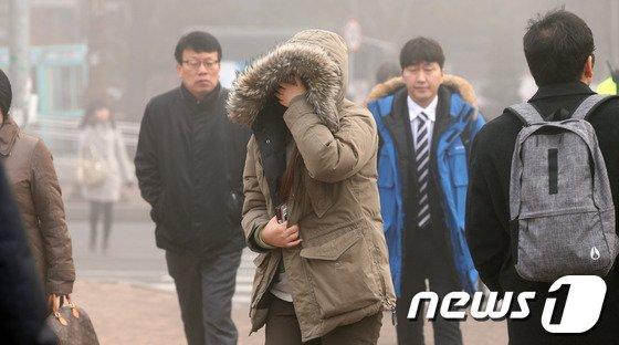 [사진]나흘째 미세먼지 기승... '손으로 가려보지만'