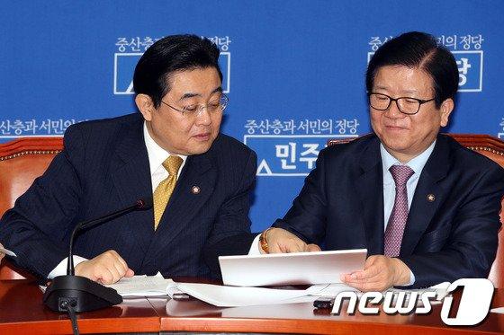 [사진]청와대 페북 이벤트 자료보는 전병헌-이병석