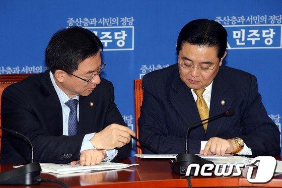 [사진]청와대 페북 이벤트 자료 보는 전병헌-정성호