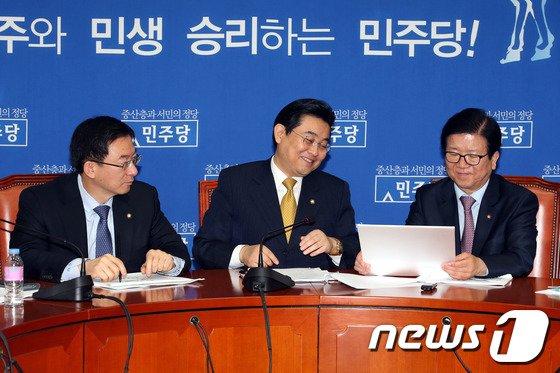 [사진]민주 '청와대 朴대통령 1주년 페북 이벤트 웃음만...'