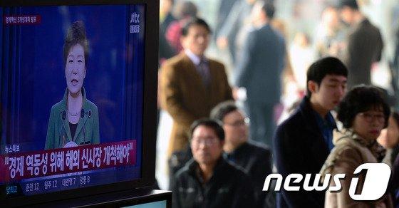 """[사진]박근혜 대통령 """"경제 역동성 위해 해외 신시장 개척해야"""""""