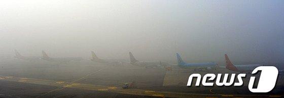 [사진]안개에 묻힌 김포공항 '결항 속출'