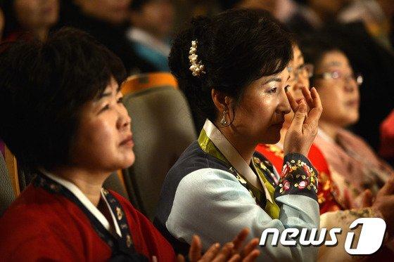 [사진]'늦깎이 졸업생의 눈물'