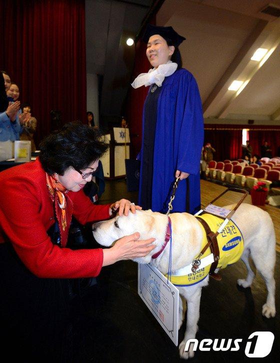 [사진]명예졸업장 받는 안내견 루시