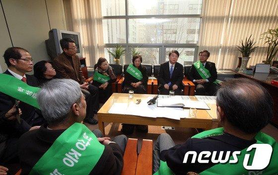 [사진]민주화운동기념사업회 농성장 찾은 안철수 의원