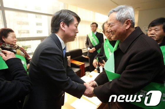 [사진]민주화운동 유가족 손 잡은 안철수 의원