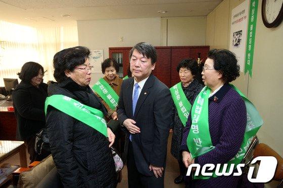 [사진]민주화운동 유가족 가운데 선 안철수 의원