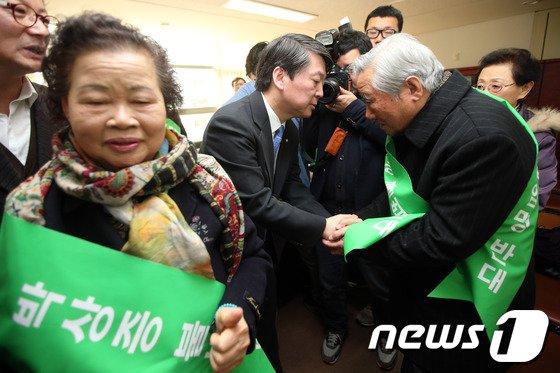 [사진]안철수 의원, 민주화운동 유가족 만나