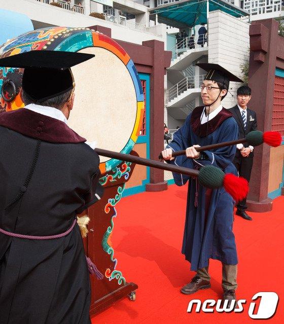 [사진]졸업생 희망의 북을 울려라!