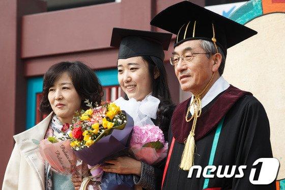 [사진]총장님과 졸업사진을!