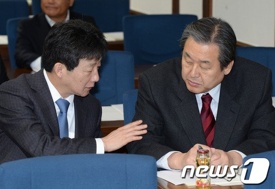 [사진]대화 나누는 김무성-유승민