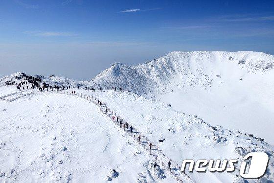 [사진]겨울 한라산에 매료된 등산객들