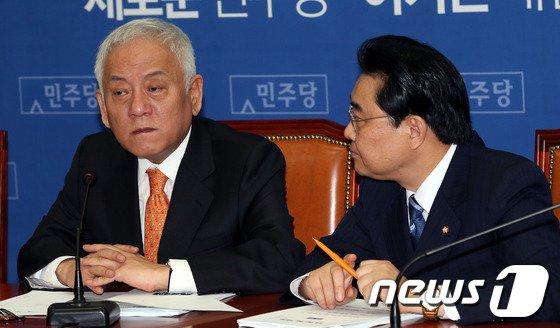 [사진]굳은표정의 김한길 대표