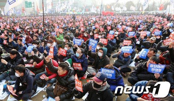 박근혜 정부 출범 1주년인 25일 오후 서울광장에서 열린 '박근혜 정권 1년 이대로는 못 살겠다' 2.25 국민파업대회에서 참가자들이 구호를 외치고 있다. © News1 오대일 기자
