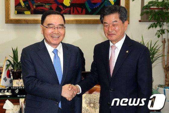 [사진]신학용 국회 교문위원장 만난 정홍원 총리