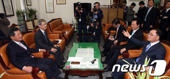 [사진]국회 교문위원장 찾은 정홍원 총리