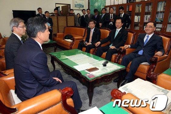 [사진]정홍원 총리, 신학용 국회 교문위원장과 환담