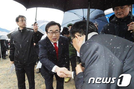 [사진]서병수 의원 '비가 와도 출마선언'