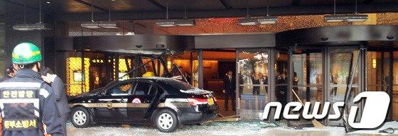 [사진]호텔로 돌진한 택시…'급발진 여부 조사 중'