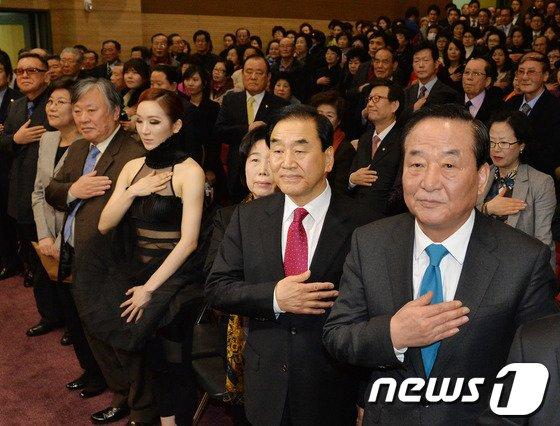 [사진]국민의례하는 이재오 출판기념회 참석자들