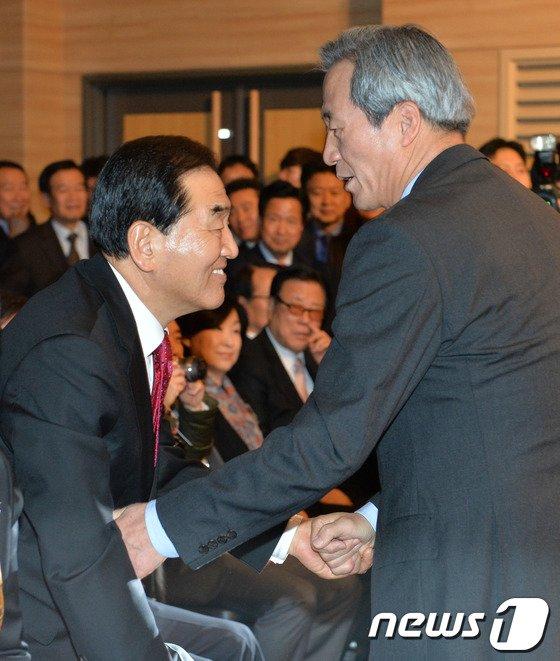 [사진]이재오 의원과 인사하는 정몽준 의원