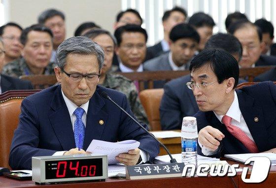 [사진]대화하는 김관진 장관과 방위사업청장