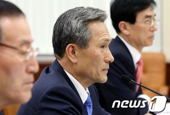 [사진]의사진행 발언듣는 김관진 장관