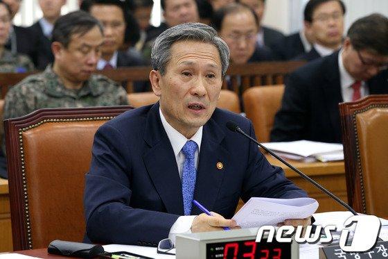 [사진]의원들의 질의 답하는 김관진 장관