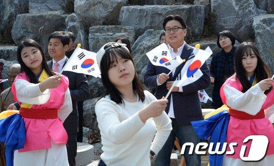 [사진]서경덕 교수, 학생들과 함께 태극기 흔들며