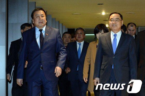 [사진]걸어오는 정홍원 총리와 제엔베코프 의장