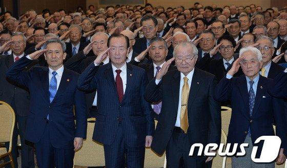 김관진 국방장관(앞줄 왼쪽 첫번째)이 서울 용산구 국방컨벤션에서 열린 대한민국 예비역 장성모임인 성우회 창립 25주년 기념식에서 국민의례를 하고 있다. 2014.2.26/뉴스1 © News1 손형주 기자
