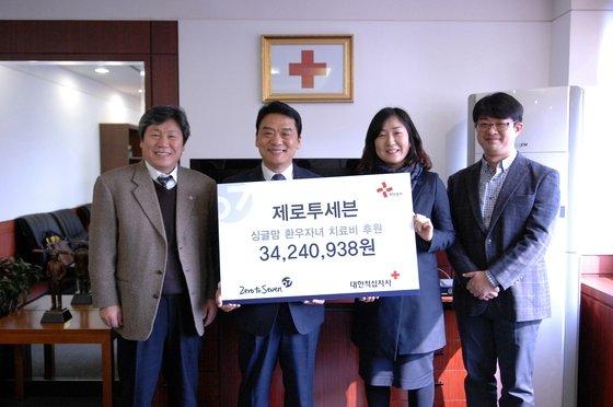 26일 이은주 제로투세븐 이사(사진 우측 두번째)가 고경석 대한적십자사 사무총장(사진 좌측 두번째)에게 3400여만원의 기부금을 전달했다.(대한적십자사 제공)© News1