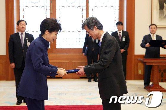 [사진]박근혜 대통령, 조희대 신임 대법관 임명장 전달