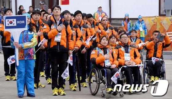 [사진]장애인 올림픽선수단 '소치 하늘에 태극기 바라보며'