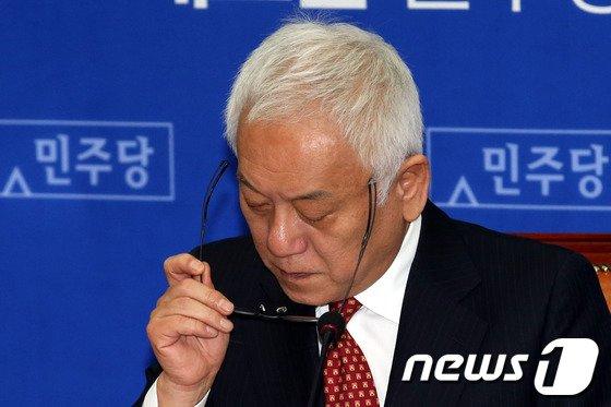 [사진]안경 쓰는 김한길 대표