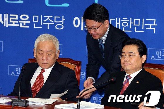 [사진]쪽지 건네받는 김한길 대표