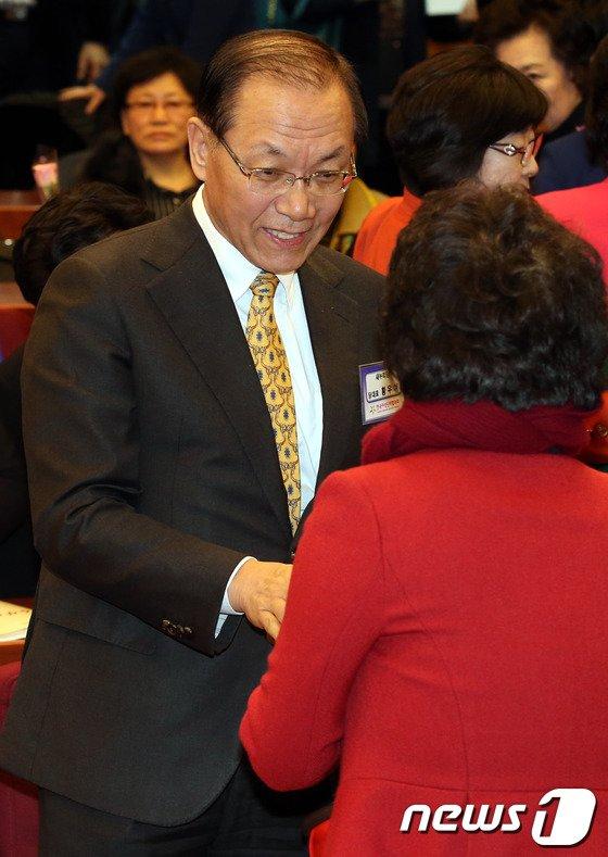 [사진]인사나누는 황우여 대표