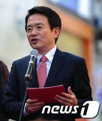 남경필 새누리당 의원이 9일 자신의 지역구인 수원에서 경기도지사 출마를 선언하하고 있다./뉴스1