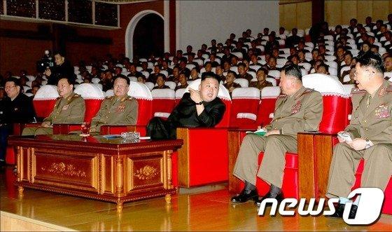 북한 김정은 노동당 제1비서가 인민군 제567부대, 제324부대, 제233부대의 예술선전대공연을 관람했다고 11일 조선중앙통신이 보도했다.(사진 : 노동신문) © News1