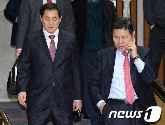 [사진]분주한 홍문종 사무총장