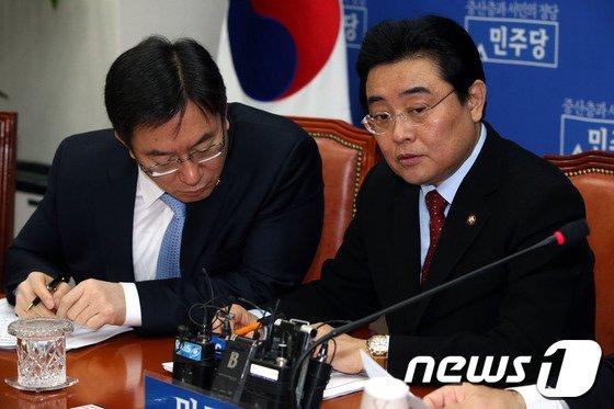 [사진]대화나누는 전병헌-정성호