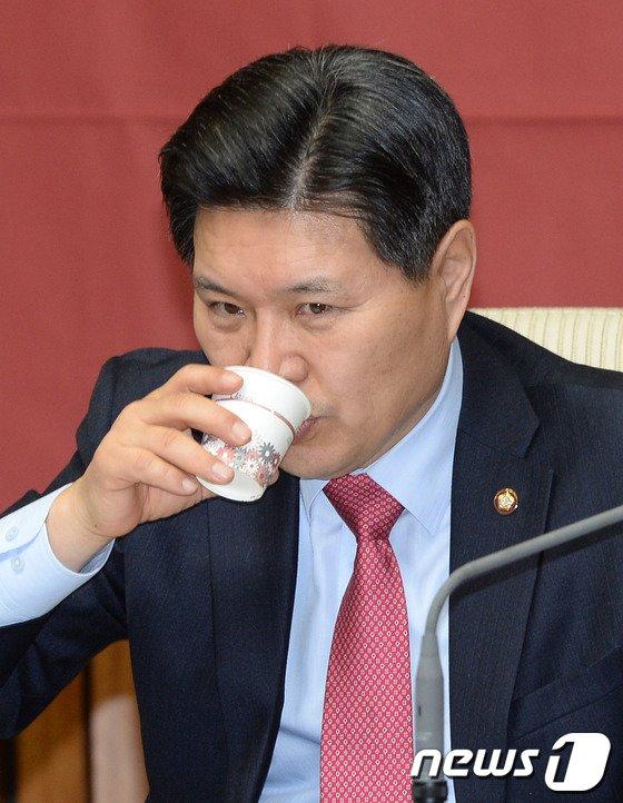 [사진]목 축이는 홍문종 사무총장